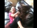 Une petite fille s'amuse avec son Sussex Spaniel