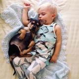 amitié entre un chiot et un bébé