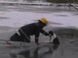 Un pompier sauve un chien d'un étang gelé